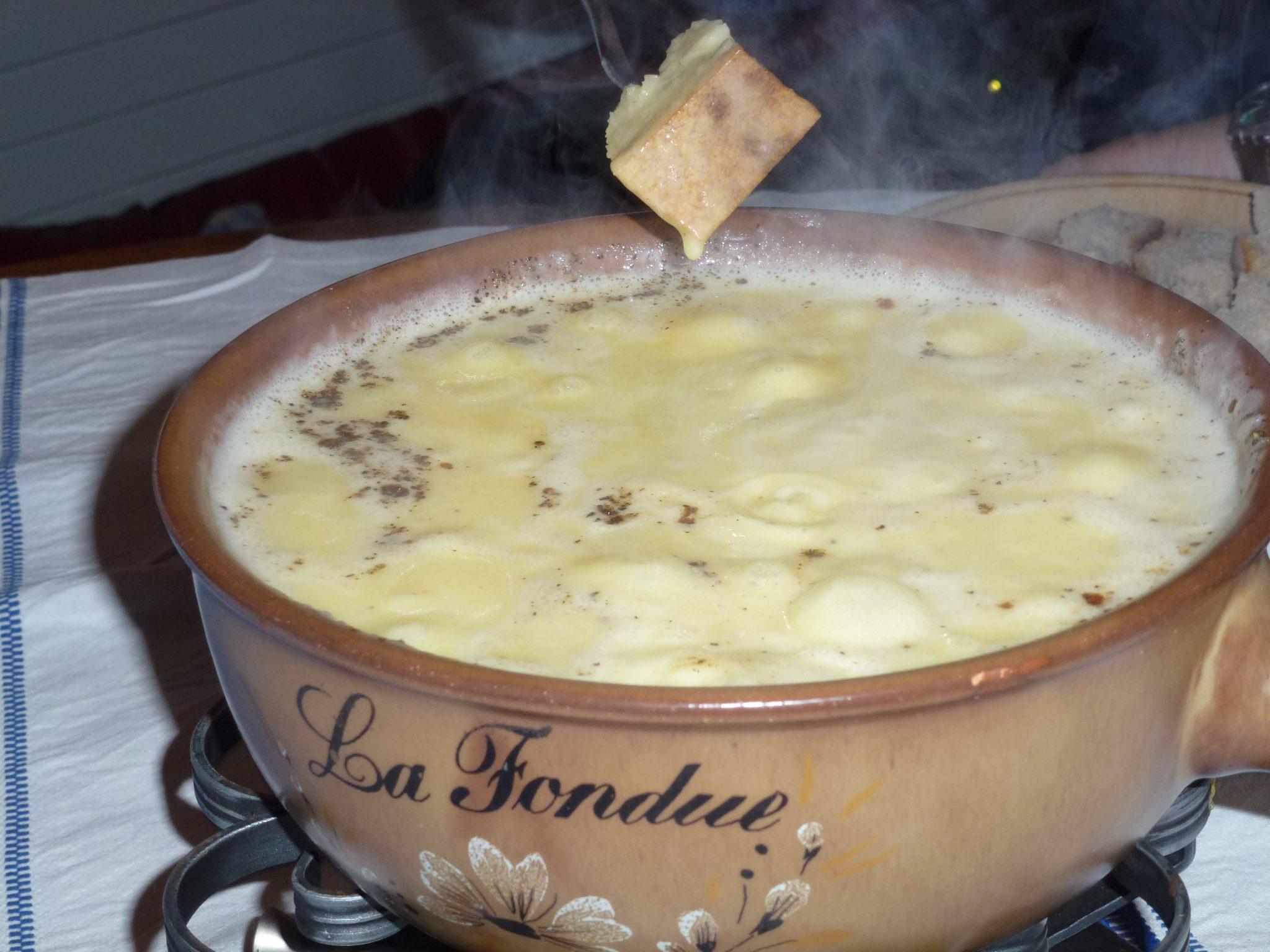 Fonduta di formaggio svizzero con pane