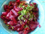 Salade de betteraves à la menthe fraîche dans un bol