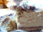 Tranche le gâteau au fromage à la citrouille du côté