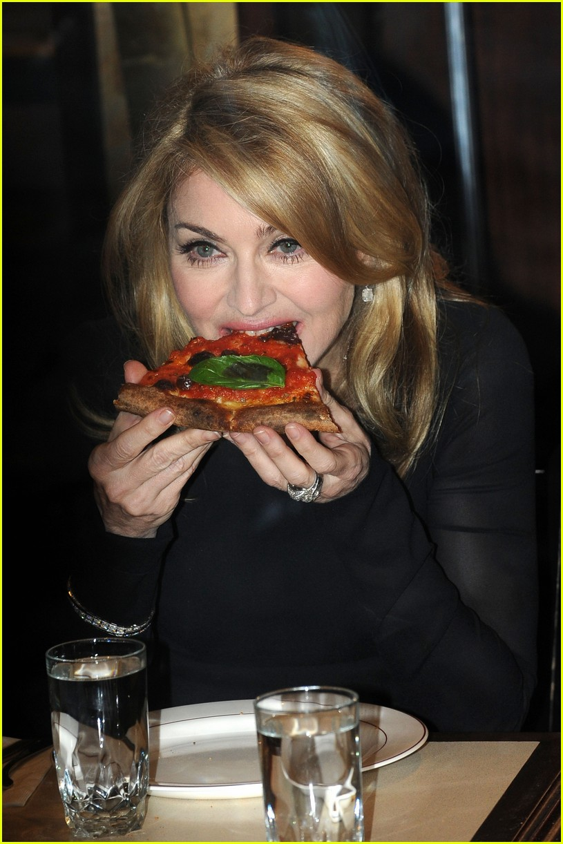 Madonna addentare una pizza vegan