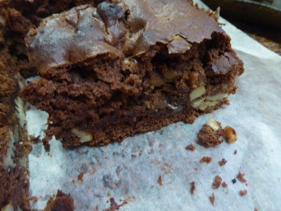 un bel pezzo di brownie vegano alle nocciole