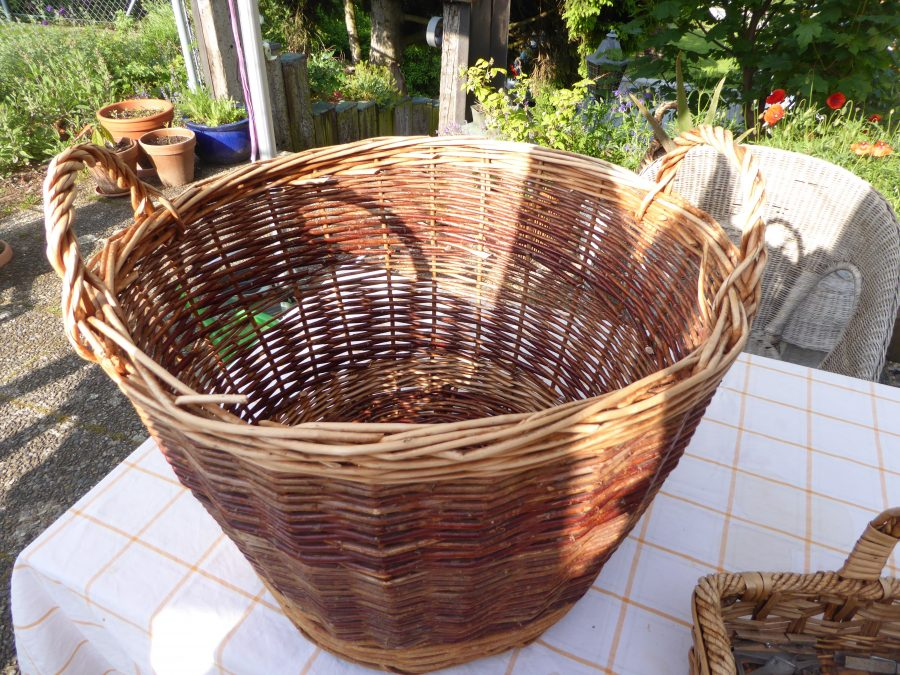 the basket to transport wet laundry for hanging